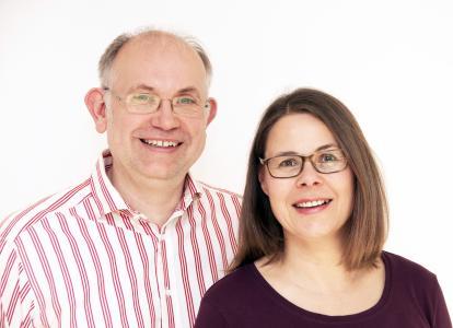 Seit 20 Jahren sind Susanne Eybe und Olaf Eybe erfolgreich als Kommunikationsexperten unterwegs und beraten Unternehmen bei der Öffentlichkeitsarbeit.