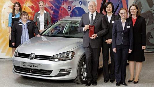 Gruppenfoto von VW Ulrich Hackenberg, Lisa Wirries  1.v.links