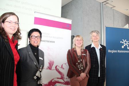 Kirsten Pusch (von links) und Dorota Szymanska von der Koordinierungsstelle Integration der Region, Petra Mundt, Gleichstellungsbeauftragte der Region, sowie Nada Nangia, Mitglied der Jury zur Auswahl der geförderten Projekte, sind gespannt auf die Bewerbungen für den Ideenwettbewerb 2012.