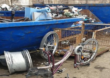 der Schrottabholung Solingen abgeholt, sortiert und dem Schrott-Recycling zugeführt wird. Gerade die Aufarbeitung von Elektroschrott ist eine ausgesprochen aufwändige Angelegenheit.