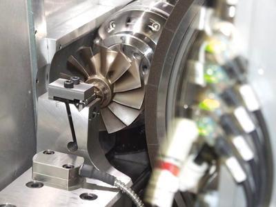 Mit der neuen Doppelspindel-Rundschleifmaschine Vector Twin Mark IV lassen sich zum Beispiel Turboladerwellen feinstbearbeiten