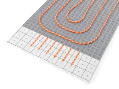 Mit RAUTHERM iso TAC 10 (Bild 2a) und RAUTHERM iso SPEED K (Bild 2b) wird eine EnEV konforme Installation der durchlaufenden Zuleitungen bei Warmwasser-Fußbodenheizungen ermöglicht.  (Bild: REHAU)
