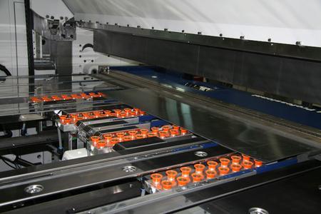 Highlight auf der Blechexpo: Schwenkbiegemaschine PowerBend Professional UD mit innovativer Option – dem Saugplattenanschlag / Bildquelle: Schröder Group