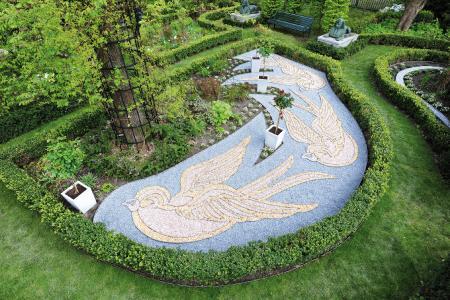 Zierkiesbeete sind ein Hingucker in Gärten. Mithilfe von flexiblen Beeteinfassungen der Richard Brink GmbH & Co. KG lassen sich die unterschiedlichen Kiesschüttungen exakt voneinander trennen.