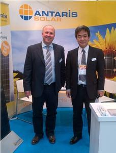 ANTARIS SOLAR-Geschäftsführer Gerhard Steinebrunner und Tetsuro Uragami, Vertreter von ANTARIS SOLAR in Japan, am Messestand auf der PV Expo in Tokio (v.l.n.r.). Bild: ANTARIS SOLAR