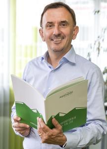 Alpensped-Geschäftsführer Christian Faggin präsentiert stolz den vierten Nachhaltigkeitsbericht