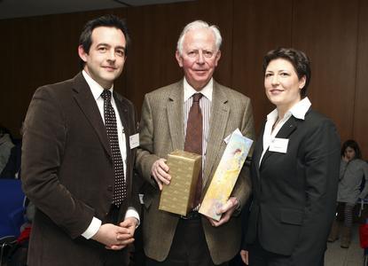 """Christian Gerard (stv. WJS-Vorsitzender), Jacques Santer, Patricia Klein (Projektleiterin """"Mittendrin und ohne Grenzen"""")"""
