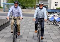 SMA Vorstandsprecher Jürgen Reinert, (rechts) und Ulrich Hadding, SMA Vorstand Finanzen, Personal und Recht, unterstützen den SMA Fahrradtag und freuen sich über viele Mitfahrer / Foto: SMA Solar Technology AG