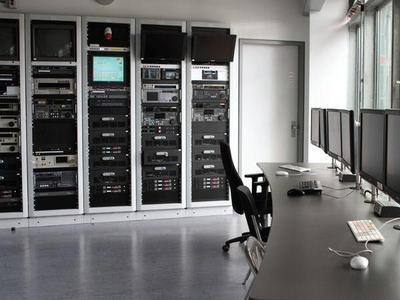 Transferraum mit Systemen der digitalen Filmbearbeitungsstrecke für die Postproduktion