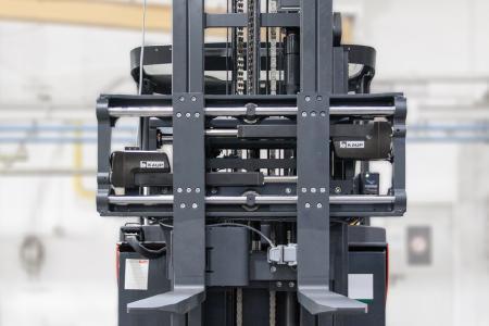 Äußerlich kaum zu unterscheiden vom bekannten Anbaugerät: Das Zinkenverstellgerät 2T160B mit elektronischem Antrieb und patentierter Steuerung