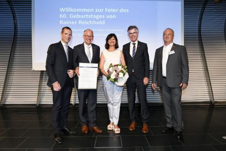 Mit Rainer Reichhold (2.v.l.) freuten sich seine Frau Ute, Vizepräsident Alexander Kotz (li.), Kammerchef Thomas Hoefling und Vizepräsident Andreas Fiala (re.). Foto: HWK