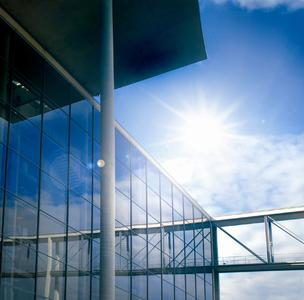 3M Prestige 70 Exterior Sonnenschutzfilm: Der auf Nanotechnologie basierende, metallfreie Sonnenschutz ist nahezu glasklar und auf der Scheibe kaum sichtbar. Foto: 3M