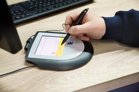 Monteur unterschreibt für den Erhalt der Geräte