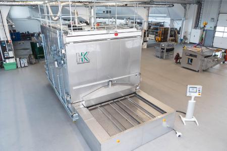In den Umluftöfen werden je nach Bauhöhe des Teils bis zu 36 Aufnahmeroste, die wie Schubladen aussehen, durch zwei Kammern befördert, z.B. für Taktzeiten <= 30 sec., bei Materialstärken von ca. 3 mm.