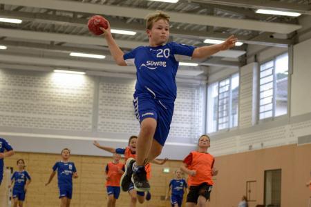 Ein junger Handballer der HSG Römerwall in Action.