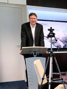 Der Vorstandsvorsitzende Dr. Volker Kruschischinski hält in diesem Jahr den Eröffnungsvortrag vor der Webcam