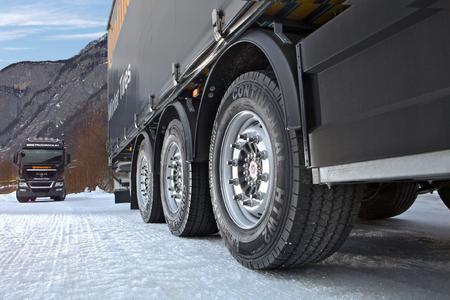 Echte Winterreifen für Reisebusse und alle Lkw-Achsen für den sicheren Personen- und Güterverkehr: HSW 2 SCANDINAVIA für Trailer