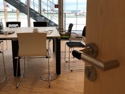 Erst nach Genehmigung durch den Schulungsleiter wird dem externen Schulungs-Teilnehmer der Besucherausweis mit temporären Offline-Zutrittsrechten erstellt und der Zutritt gewährt