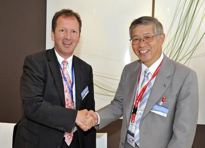 Lutz Bertling, Eurocopter CEO (left) and Shigeru Murayama, President of Kawasaki Heavy Industries Aerospace Company (right)