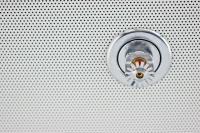 Bildunterschrift: Der Betreiber eines Gebäudes muss sicherstellen, dass ausschließlich Befähigte Personen Sprinkleranlagen regelmäßig prüfen, warten und instand halten. Bildquelle: Matthias Buehner - stock.adobe