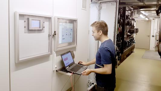 Faktencheck mit der cleveren Energiesoftware: REHAU Mitarbeiter Markus Weiß analysiert die erfassten Daten regelmäßig ((Foto: REHAU))