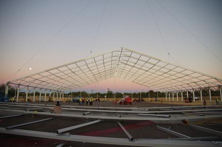Die neue Losberger Eventhalle hatte eine Spannweite von 60 Metern und eine Länge von 75 Metern. Das 30-köpfige Aufbauteam aus USA und Deutschland benötigte 6 Tage für den Aufbau.