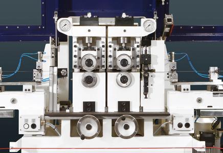 Je zwei vertikal angeordnete, hydraulisch betätigte Richtrollenpaare bilden eine Richteinheit, die bis zu 200 bar Druck auf das Band ausüben kann / Bilderverzeichnis Kesel, Applikation Wikus