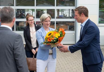 Uwe Weiss verabschiedet eine beeindruckte Wirtschaftsministerin Hoffmeister-Kraut