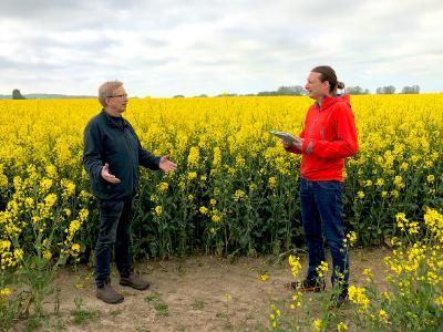 Mark Vehse, Sprecher des Bündnisses ArtIFARM, im Gespräch mit dem Agraringenieur und Bündnispartner Heinrich Heitmüller.
