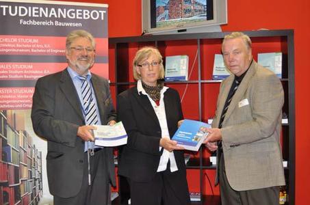 Bei der BKI-Fachbuch-Übergabe von links: Herr Nehm (BKI), Frau Zett (Dozentin der FH Lübeck) und Herr Fehrs (stellvertr. BKI-Beiratsvorsitzender)
