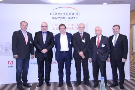 """Gewinner und Laudatoren des diesjährigen """"eGovernment Summit"""" (Foto: Vogel IT-Medien/Vera Nicolic)"""
