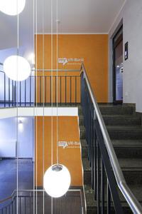 Edle Farbatmosphäre prägt den Flur und schafft eine stilvolle Empfangsstimmung / Foto: Caparol Farben Lacke Bautenschutz/Claus Graubner
