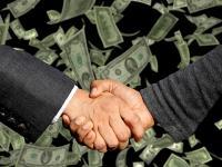Versicherung und Versicherungsnehmer schließen einen Vertrag