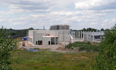 almet Automotive zentralisiert seine Repräsentanz in Wolfsburg in einem neuen Komplex an der Westrampe 3. Im Vordergrund die im Bau befindliche Testhalle, dahinter das Bürogebäude
