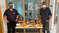 Die Geschäftsführer und Gründer Frank Schlentzek (l.) und Christian Kühn (r.) würden von ihren Mitarbeitenden mit einem Corona-Buffet überrascht.