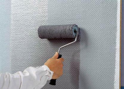 Auf die Zwischenbeschichtung wird Metallocryl zweimal aufgetragen. Dabei ist darauf zu achten, daß der Werkstoff gleichmäßig aufgerollt, quer verteilt und in eine Richtung nachgerollt wird. Dadurch entstehen gleichmäßige, metallische wirkende Oberflächen.