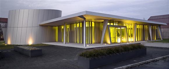 Die Kombination aus metallisch-glänzenden und gelben Oberflächen wirkt spannungsreich und harmonisch zugleich. Foto: Caparol Farben Lacke Bautenschutz/Martin Duckek