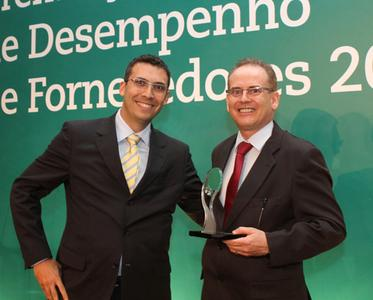 Gustavo Vaz (Purchasing Director of VALE, Minas Gerais) presents the prize for best processing technology supplier to Oswaldo Delfim (Haver & Boecker Latinoamericana)