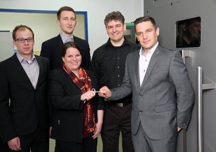 Das KIMA-Team (v.l.n.r. Maximilian Ley, Nils Buschhorn, Dr. Nicole Stephan, Karsten Hilbert) gemeinsam mit Marcel Spiegler (rechts) von 3D Systems / Foto: TU Kaiserslautern