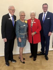 Dietmar, Margrit und Philip Harting (rechts) freuten sich mit Ursula Parriche (Zweite von rechts) über die gute Entwicklung von HARTING Frankreich. Der Ehemann von Frau Parriche, Jean-Pierre Parriche, war damals der erste Geschäftsführer von HARTING Frankreich und baute von dort aus auch das HARTING Geschäft in der Schweiz auf