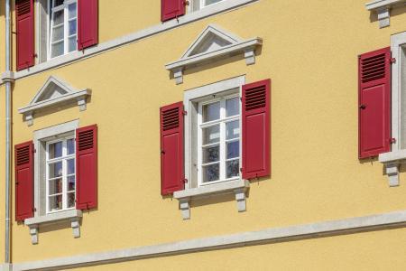 Die Häuser erhielten neue Holzfenster, die Klappläden wurden erneuert. Foto: Caparol Farben Lacke Bautenschutz/blitzwerk.de