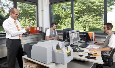 Weidmüller Support und Serviceteam rund um Werkzeuge, Automaten und Identifikationssysteme. (von links nach rechts) Norbert Koch, Sebastian Reike und Jonathan Hödt