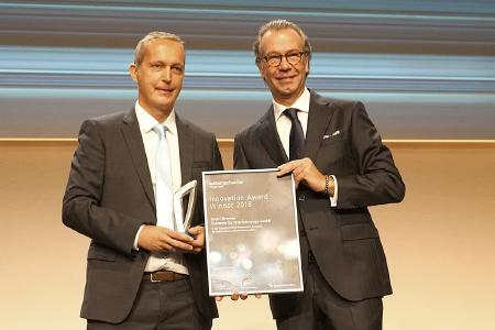 """Innovation Award & Green Award: Alexander Wagner (left), Head of Sales & Marketing Aftermarket EMEA at Knorr-Bremse Commercial Vehicle Systems, at the Innovation Award presentation ceremony at Automechanika in Frankfurt: """"This shows what an innovative company we are."""" 