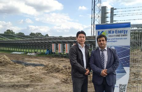Opening of 1.6 MW solar park in Brandenburg: pictured left: Hansu Chae, Sales Manager at Delta Energy Systems GmbH and pictured right: Hasan Kaygusuz, CEO of Ka-Energy Solutions GmbH