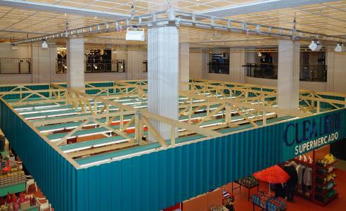 Cuba libre im KaDeWe: Neun jeweils 17 m lange Nagelplattenbinder, die das Tragwerk einer temporären Sonderkonstruktion bildeten und eine Verkaufsfläche im Lichthof des Berliner Kaufhauses KaDeWe überspannten, fertigte und lieferte das GIN-Mitgliedsunternehmen Hecker aus Marienmünster. (Foto: Bärbel Rechenbach für Hecker/GIN, Ostfildern; http://www.nagelplatten.de – mit freundlicher Genehmigung des KaDeWe, Berlin; www.kadewe.de)