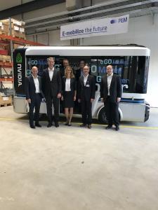 Unterzeichner des Kooperationsvertrags (von links): Christian Steinborn (CSO e.GO), Prof. Günther Schuh (CEO e.GO), Dr. Stefan Girschik (Deputy CEO REHAU Gruppe, hinten links), Petra Flemming (REHAU), Sa-scha Rosengart (REHAU Automotive, hinten rechts), Markus Grundmann (CEO REHAU Automotive) und Win Neidlinger (CFO e.GO).