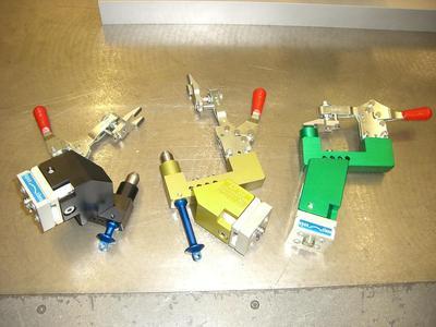 Werkstück-Adaptionen in unterschiedlichen Farben erleichtern die Zuordnung wenn die Vorrichtung für eine andere Frontscheibe umgerüstet wird.