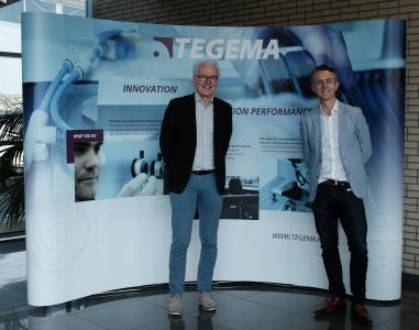 Dick Moerman (Managing Director von PI BeNeLux, links) und Pierre van Lamsweerden (Managing Director TEGEMA, rechts) haben eine Kooperation zur Entwicklung automatisierter Systeme für die Aufbau- und Verbindungstechnik in der Photonik vereinbart