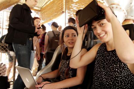 """Die Studentinnen Kathrin Attmann (links) und Marie Fritz (rechts) testen ihre Arbeit auf der Achterbahn """"Pegasus"""""""