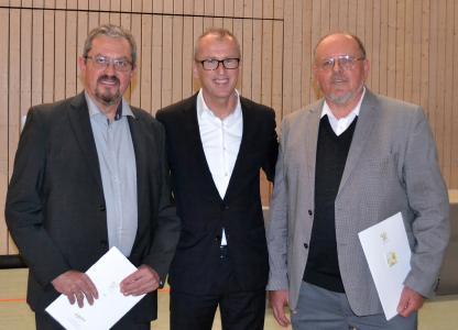 Der neue Steinmeyer-Geschäftsführer Dr.-Ing. Manfred Münch (Mi.) würdigte in einer Feierstunde die Verdienste von Alexander (li.) und Joachim Beck (re.)